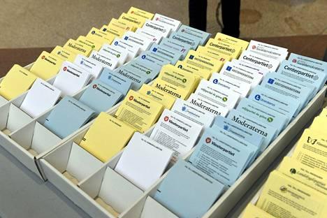 Keltaiset laput ovat parlamenttivaaleja, valkoiset kunnallisvaaleja ja siniset maakäräjävaaleja varten.