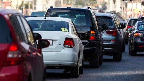 Kaupungeissa merkittävä osa hengitettävistä PM10-hiukkasista on autojen nostattamaa katupölyä.
