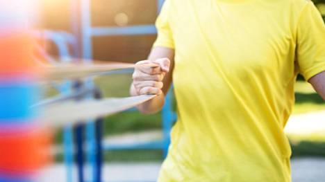 Lihasten vahvistaminen ja avaaminen esimerkiksi kuminauhajumpalla on hyvä keino lievittää jähmeän tuntuista selkää.