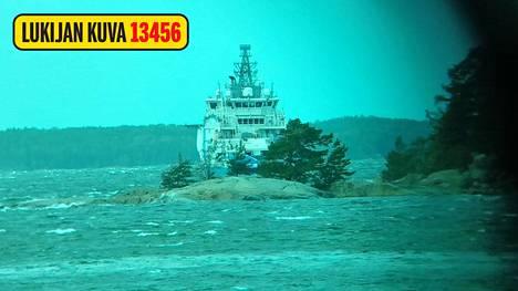 Ilta-Sanomien lukija ikuisti merivartioston ulkovartiolaivan KRP:n suuroperaation yhteydessä.