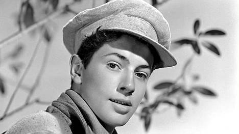 Farley Granger poseerasi kameralle vuonna 1943. Miehen tunnetuimmat elokuvat ovat Alfred Hitchcockin ohjaamat Muukalaisia junassa ja Köysi.