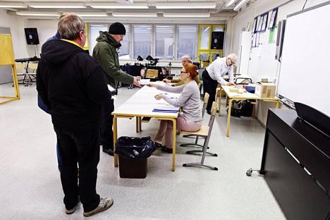 Suomalaiset haluavat käydä kuntavaalit huhtikuun 18. päivä. Korona-aikana äänestyksissä ei saa tulla ruuhkaa, ja turvaväleistä ja muusta terveyshygieniasta on huolehdittava.