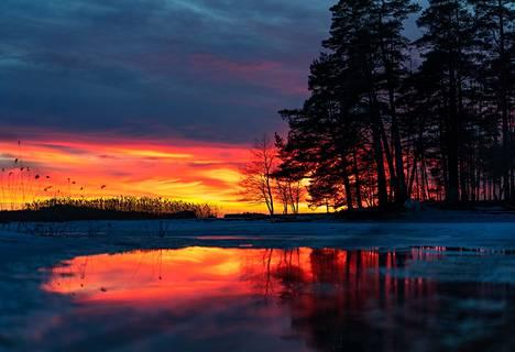 """""""Jäät sulivat hiljalleen. ja jään päälle muodostui vettä. Kosteus ja lämpötilaerot saivat aikaan näyttäviä auringonlaskuja."""""""