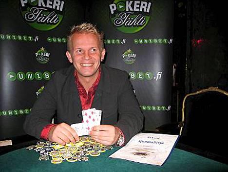 Jani Vilmunen oli yhtä hymyä voitettuaan turnauksen ja luvan saada luovuttaa yli 9000 euron hyväntekeväisyyspotti Kaunialan sotavammasairaalalle.