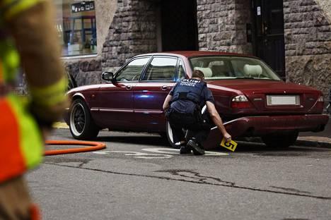 Mies ajoi Jaguar-merkkisellä autolla ihmisten päälle Helsingin Lönnrotinkadulla viime vuoden heinäkuussa.