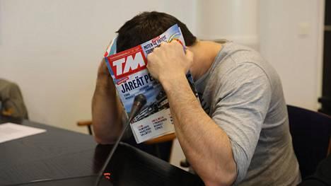 Lehdellä kasvonsa peittänyt 36-vuotias venäläismies kiistää syyllistyneensä rikoksiin. Hänet vangittiin tiistaina törkeästä veropetoksesta epäiltynä.