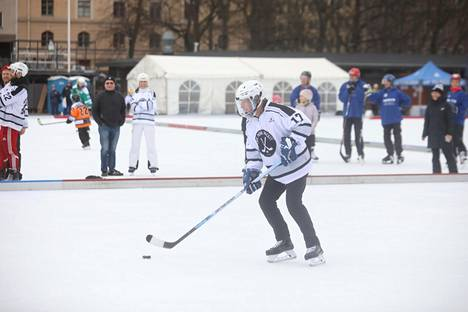 Sauli Niinistö pelaamassa jääkiekkoa Brahen kentällä.