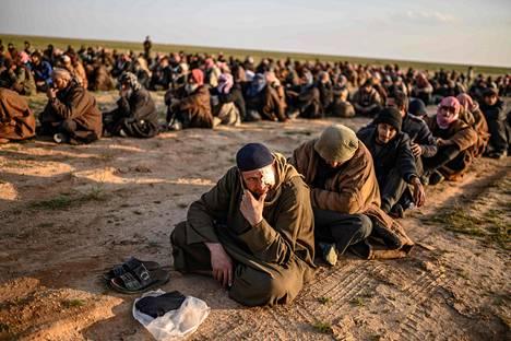 Isis-taistelijoiksi epäillyt miehet odottavat vuoroaan SDF-joukkojen tarkastukseen.
