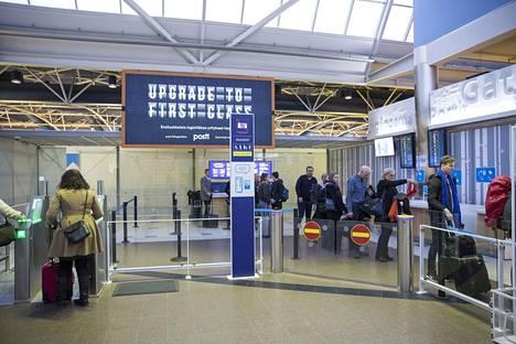 Ethän halua, että lomamatkasi tyssää jo lentokentälle? Huolellisilla matkavalmisteluilla vältyt passimokilta.