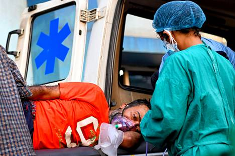 Potilasta kuljetettiin lääkärintarkastukseen Kolkatassa lauantaina.