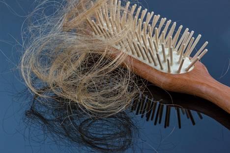 Hiusten irtoaminen voi olla yksi merkki siitä, että hiuspohja tarvitsee enemmän huolenpitoa.