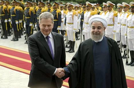 Presidentti Sauli Niinistö kättelemässä Iranin presidenttiä Hassan Ruhania.