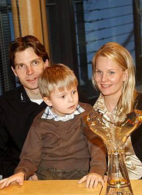 Tiia-vaimo, Mico-poika ja vauva Milo iloitsevat lehdessä siitä, että isä on enemmän kotona.