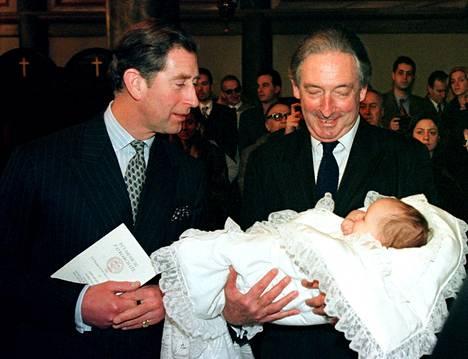 Prinssi Charles (vasemmalla) katsoo kummityttöään, neljä kuukautta vanhaa prinsessa Maria-Olympiaa vuonna 1996.