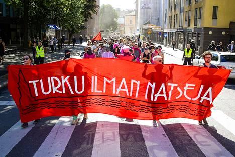 Turku ilman natseja -mielenosoituksessa puhui myös Turun terrori-iskussa haavoittunut Hassan Zubier.