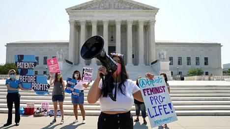 Aborttioikeutta vastustava mielenosoittaja Yhdysvaltain korkeimman oikeuden edessä odottaessaan oikeuden päätöstä Lousianan uudesta aborttilaista.