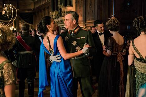 Wonder Woman (Gal Gadot) etsii ensimmäisen maailmansodan keskellä itse sodan jumalaa Aresta. Danny Huston ylinäyttelee pirullisen saksalaisupseerin roolissa.