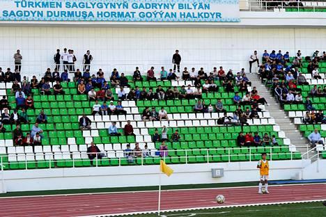 Kannattajia seuraamassa jalkapallo-ottelua Turkmenistanissa.