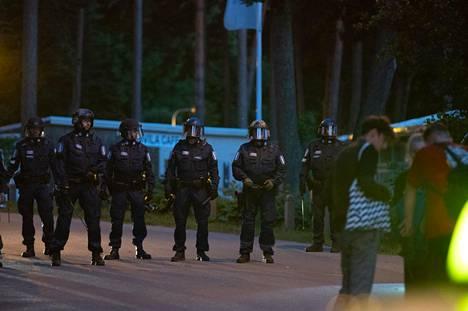 Paikalle oli lopulta noin 30 poliisipartiota rauhoittamassa tilannetta. Poliisi joutui käyttämään tilanteessa kaasusumutinta (OC) varoitettuaan joukkoa useita kertoja sen käytöstä.