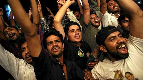 Nawaz Sharifin kannattajat riemuitsevat Pakistanissa.