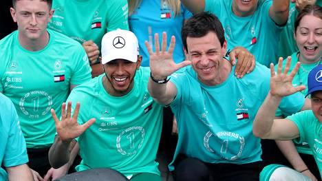 """Mercedeksen mestaruusjuhlien peruuntuminen oli erittäin lähellä – tallipomo pelästyi kesken F1-kisan: """"Anteeksi mitä?"""""""