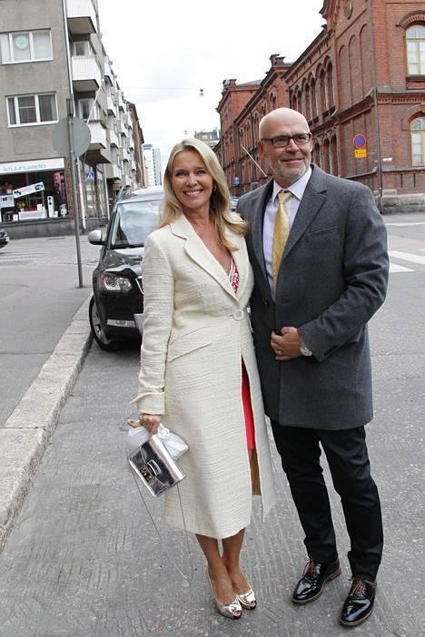 Tukholmassa asuva pr-toimisto Spaltin johtaja Siru Palmroos saapui hääjuhliin yhdessä aviomies Kim Palmroosin kanssa.