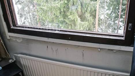 Erään asunnon ikkunan ympärillä näkyy kosteuden jättämiä jälkiä.
