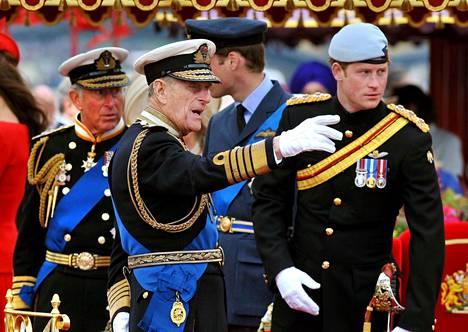 Kuvassa Harry isoisänsä kanssa vuonna 2012.