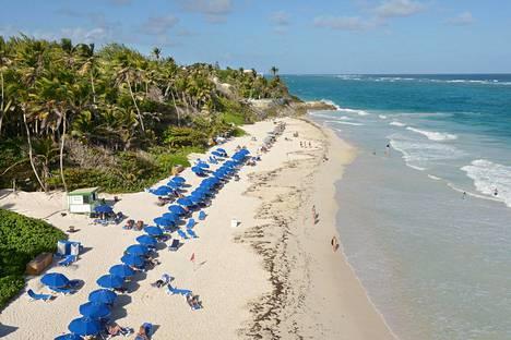 Atlantin valtameren puoleisella itärannikolla, kuten Crane Beachillä, on väljää. Aalloilla taituroivat surffaajat.