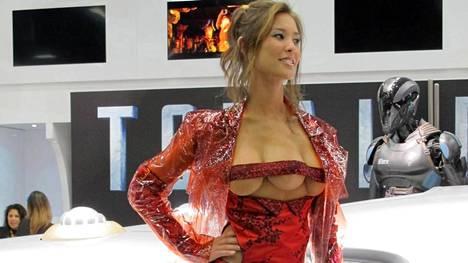 Totall Recall -elokuvan uudelleenfilmatisoinnissakin nähtiin kolmirintainen prostituoitu. Häntä esitti Kaitlyn Leeb.
