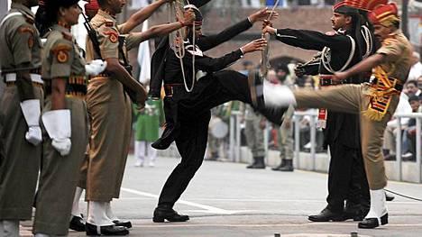 Näin Pakistanin (mustapukeiset) ja Intian rajajoukot astelivat seremonioissa yhteistuumin viime lokakuussa.