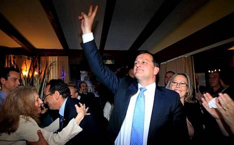 Ranskalaisen äärioikeistolaisen puolueen varapuheenjohtaja Louis Aliot juhli puolueensa menestystä sunnuntaina.