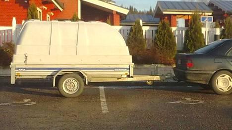 Henkilöauton perään kytketty peräkärry harvoin mahtuu yhteen parkkiruutuun. Turussa asiasta kehkeytyi riita, johon kuluttajariitalautakunta otti vuodenvaihteessa kantaa. Kuvituskuva.