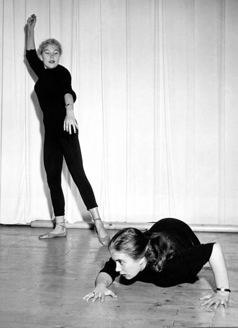 Ritva Valkama (lattialla) sekä näyttelijäkollega Tea Ista Suomen Teatterikorkeakoulussa. Näyttelijänalut olivat sommitelleet maisteri Ritva Arvelon eleilmaisun tunnille pienen pantomiimin. Kuvan vuosiluku ei ole tiedossa.