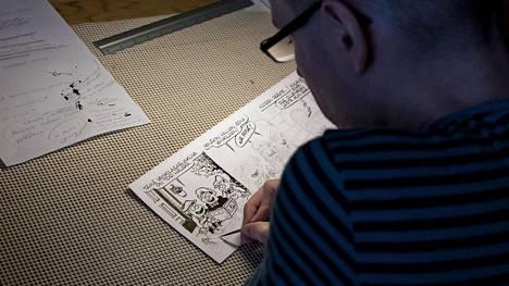 Vesa Lammella kestää kolmisen tuntia piirtää yksi strippi Tiilenpää-sarjakuvaa.