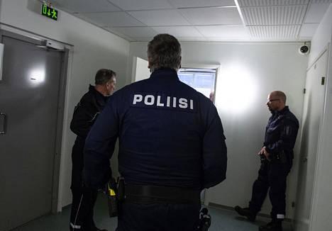Keskustasta on valunut kannatusta etenkin perussuomalaisiin. Yhtenä syynä tälle pidetään Oulussa tapahtuneita seksuaalirikoksia. Kuva Oulun käräjäoikeudesta, jossa poliisit valvoivat ensimmäisen Oulun seksuaalirikoksiin liittyvän istunnon alkua.