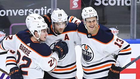 Edmonton Oilersin Jesse Puljujärvi (oik.) juhlimassa maalia ottelussa Toronto Maple Leafsia vastaan 20. tammikuuta.