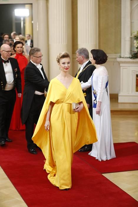Kansanedustaja Tytti Tuppuraisen rohkea värivalinta sai kiitosta muotiasiantuntijoilta.
