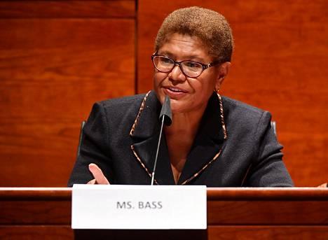 Karen Bassia kuvaillaan pidetyksi hahmoksi kongressissa.