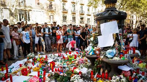 Barcelonan pääkatu La Ramblasta tuli terrori-iskun näyttämö torstai-iltana. Kuva perjantailta.