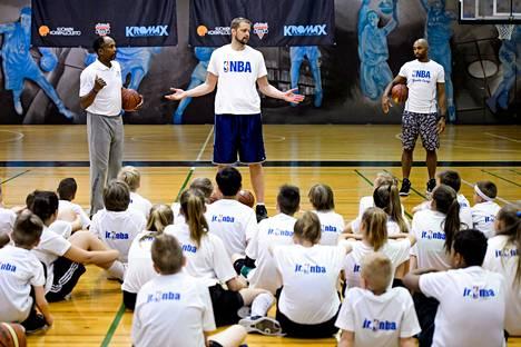 Hanno Möttölä opastamassa nuoria koripalloilijoita kesällä 2015.