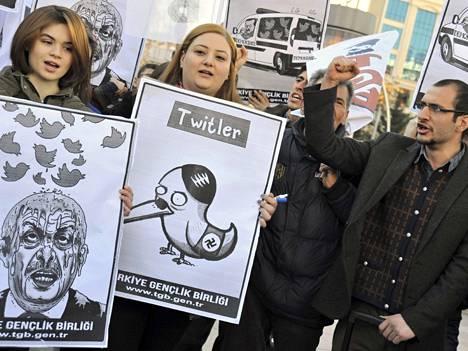 Protesti Twitterin puolesta Turkissa.