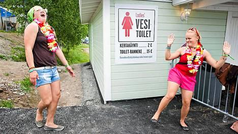 Tytöt iloitsivat päästyään käymään vessassa jonottamatta kahden euron maksua vastaan. - Tämä on ihan loistava keksintö!