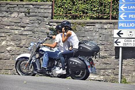 George Clooney ja Elisabetta Canalis moottoripyörän päällä Como-järvellä.