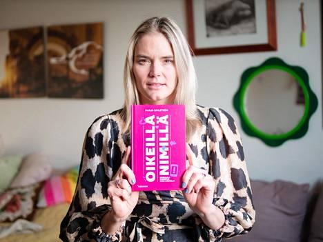 Marja Kihlström on vienyt uuden kirjansa lastensa kouluun ja päiväkotiin joululahjaksi.