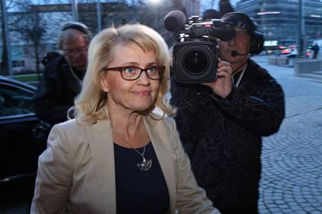 Kristillisdemokraattien Päivi Räsänen saapumassa Pikkuparlamenttiin vaalistudioon.