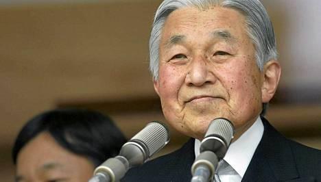 Keisari Akihito otti onnitteluja vastaan keisarillisessa palatsissa.