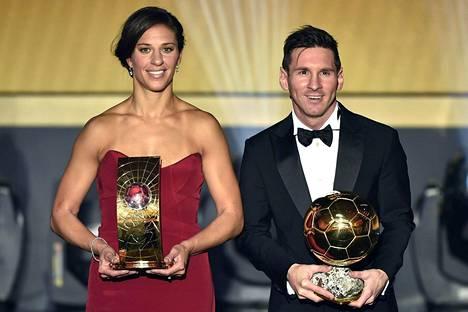 Vuoden pelaajat Carli Lloyd ja Lionel Messi.