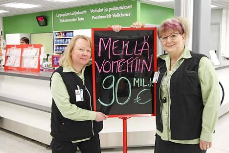 Prisman myyntipäällikkö Tanja Raikaa (vas.) ja palvelupäällikkö Terhi Marku kertoivat olevansa onnellisia voittajien puolesta.