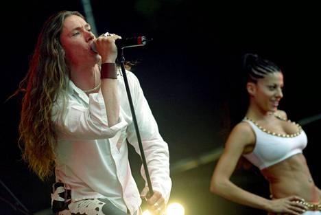 Nana Hedinin sijaan E-Typen rinnalla esiintyi Dee Demirbag.
